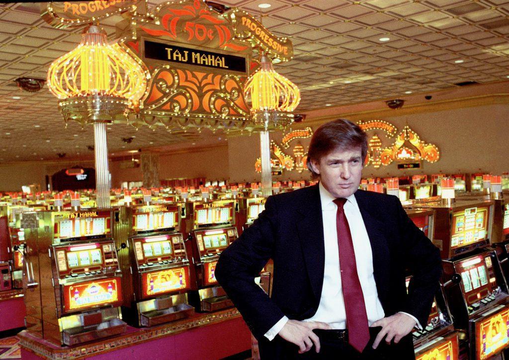 Donald Trump bij de fruitmachines in zijn land-baesd Casino